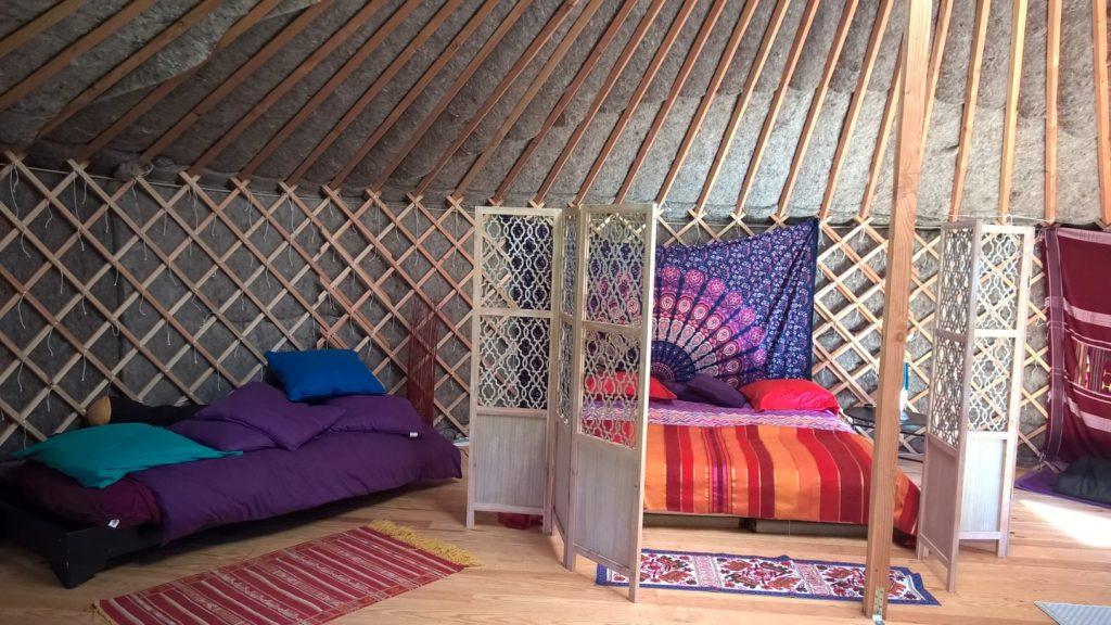 une yourte en b arn pour passer une nuit dans un lieu insolite. Black Bedroom Furniture Sets. Home Design Ideas